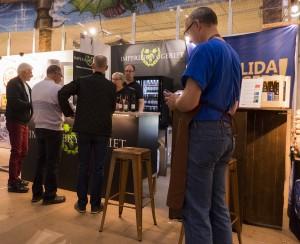Och så kom äntligen kunderna och kunde börja smaka vår goda öl